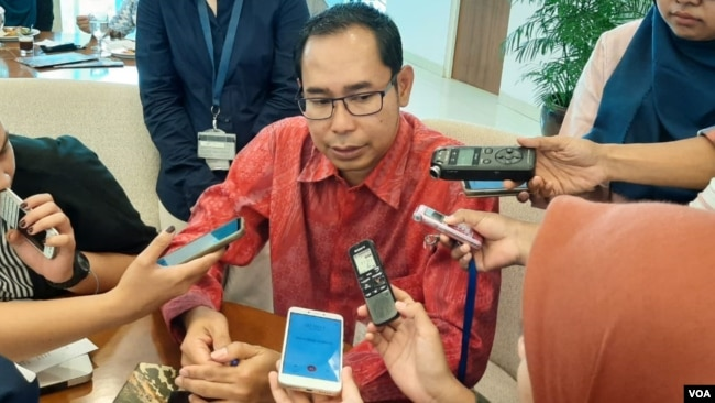 Direktur Perlindungan WNI Kementerian Luar Negeri Judha Nugraha Selasa (8/10) di kantornya menjelasakan soal penangkapan AA, perempuan Indonesia yang ditangkap karena narkoba di Manila, Filipina. (VOA/Fathiyah)