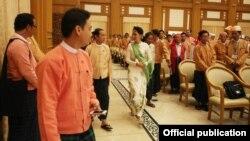 Bà Aung San Suu Kyi rời khỏi tòa nhà quốc hội sau cuộc họp với các thành viên đảng NLD của bà tại Naypyitaw, Myanmar, ngày 28/3/2016.