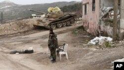 资料照:叙利亚部队军人2016年1月22日在萨尔玛。叙利亚政府在俄罗斯军机的轰炸掩护下,最近从激进分子掌控中夺回了萨尔玛。