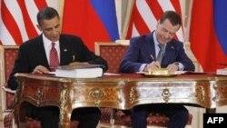 Tổng thống Hoa Kỳ Barack Obama (trái) và Tổng thống Nga Dmitry Medvedev ký hiệp ước START hồi tháng 4 năm 2010