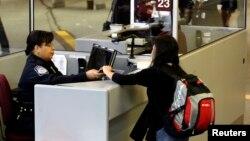 وقتی وارد آمریکا شوید، یک افسر اداره گمرک و حفاظت مرزی ایالات متحده ویزا و پاسپورت شما را بررسی می کند.