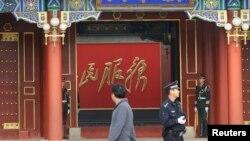 Polisi dan Tentara China menjaga ketat pintu masuk ke kediaman Presiden China Xi Jinping pasca serangan di Lapangan Tiananamen, Beijing (31/10).