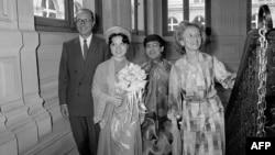 Thị trưởng Paris Jacques Chirac (bên trái), gả chồng cho con nuôi Dương Anh-Đao, một cô gái tị nạn từ Việt Nam, chú rể Michel Phạm (thứ 3 từ trái) và phu nhân Bernadette (bên phải), ảnh chụp ngày 26/6/1981, ở Paris. (Ảnh AFP)
