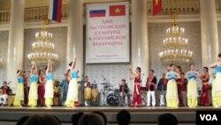 2014年夏季在俄罗斯举办了越南文化节活动,越南演员在莫斯科表演。 (美国之音白桦拍摄)