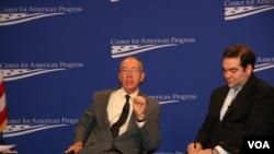 前美國駐埃塞俄比亞及布基納法索大使戴維.希恩(左)(美國之音鍾辰芳拍攝)
