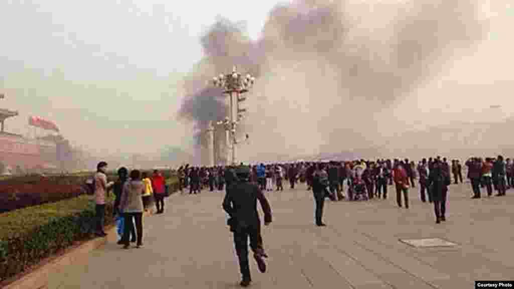 Quienes se encontraban paseando en la plaza de Tiananmen reaccionan ante el humo y el fuego generado por la explosión del auto. (Foto tomada de weibo)