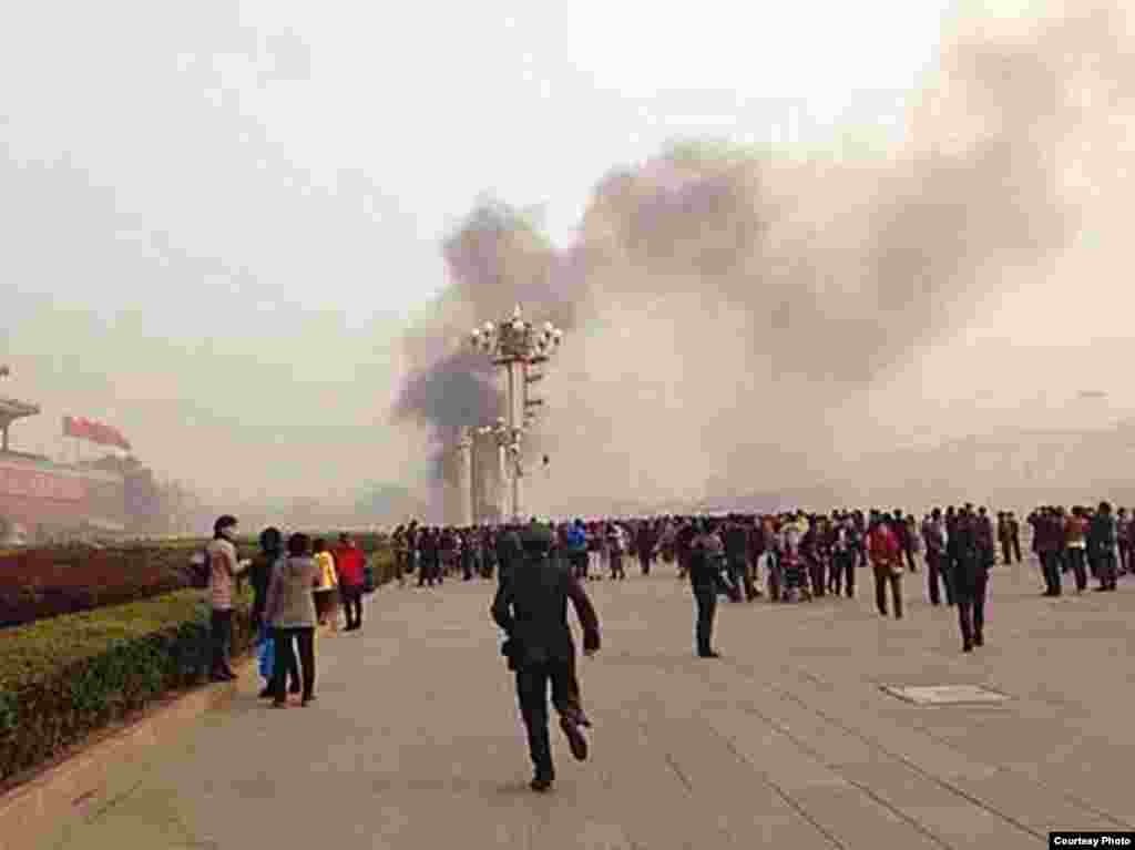 Crowds react to a car accident at Tiananmen Square in Beijing, Oct. 28, 2013. (Image taken from weibo)