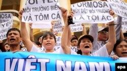 Người dân ở Việt Nam xuống đường biểu tình tại Hà Nội, tố cáo công ty Formosa hủy hoại môi trường, gây ra vụ cá chết hàng loạt tại các tỉnh miền Trung Việt Nam, ngày 1/5/2016.