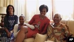 خانمی یهکهمی ئهمهریکا میشێل ئۆباما و ههردوو کچهکهی مهلیا و ساشا لهگهڵ نیڵسۆن ماندیلا له ماڵهکهی له هیوتنی ئهفریکای باشور، سێشهممه 21 ی شهشی 2011
