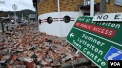 Reruntuhan bangunan masih berserakan di jalanan kota pelabuhan Lyttelton, Selandia baru, Jumat (25/2).
