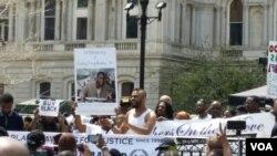 Organizatori procenjuju da je današnjem skupu u Baltimoru protiv brutalnosti policije prisustvovalo preko 10.000 ljudi. 2. maj, 2015.