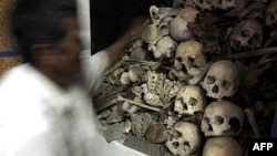 Xương và sọ của nạn nhân Khmer Đỏ tại một đền thờ ở Phnom Sampove, tỉnh Battambang, 314 km về phía tây bắc Phnom Penh.
