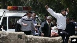 叙利亚人抬着一名受伤者越过叙黎边境