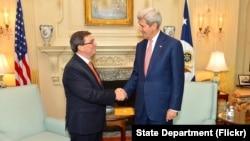 Waziri wa mambo ya nje wa Marekani John Kerry, akisalimiana na mwenzake wa Cuba, Bruno Rodriguez mjini Washington, Jumatatu.