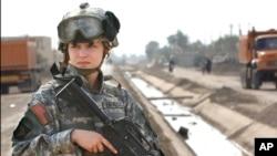美国第101空降兵师的女兵在伊拉克站岗(资料图片)