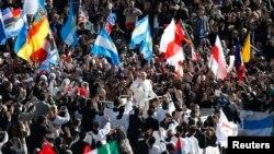 教宗方济2013年3月19日抵达梵蒂冈圣彼德广场主持他的即位弥撒