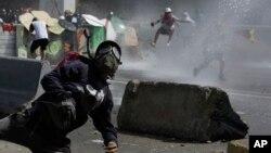 Manifestantes antigubernamentales chocan con las fuerzas armadas en Caracas, el viernes 26 de mayo.