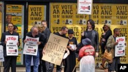 Jornalistas e manifestantes conversam com uma trabalhadora frente à sede do ANC