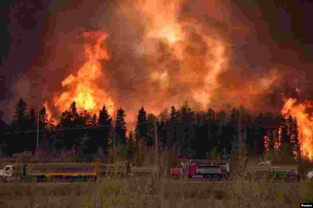 کینیڈا کے جنگل میں لگنے والی آگ کے تیزی سے پھیلنے کے باعث ہزاروں افراد کو محفوظ مقام پر منتقل کیا جا رہا ہے۔