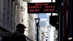 El peso se devaluó fuertemente en Argentina después de victoria de la oposición en las primarias presidenciales del domingo, antes de las elecciones presidenciales de octubre.