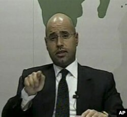Saif al-Islam ລູກຊາຍຂອງ Moammar Gadhafi ຜູ້ນໍາລີເບຍ, ອອກມາປາກົດໂຕທາງ ໂທລະພາບ ກ່າວປ້ອງກັນບິດາແລະອໍານາດປົກ ຄອງລີເບຍ, ວັນທີ 21 ກຸມພາ 2011.