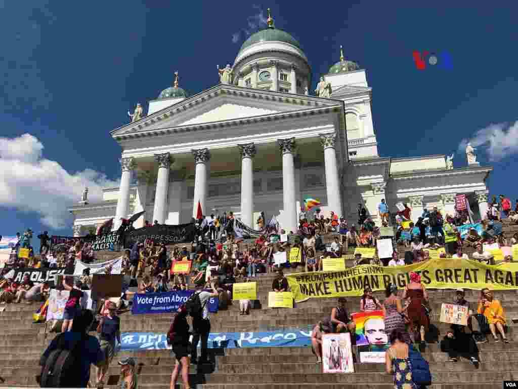 در فنلاند گرهی در اعتراض به دیدار پرزیدنت ترامپ و ولادیمیر پوتین، تجمع کردند.