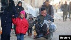 Эвакуируются жители восточных районов Алеппо, занятых боевиками. Сирия. 15 декабря 2016 г.