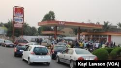 Des Togolais attendent devant une station essence, à Lomé, au Togo, le 2 janvier 2018. (VOA/Kayi Lawson)