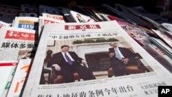 Foto Presiden China Xi Jinping dan Presiden AS Barack Obama di halaman depan sebuah koran China. (Foto: Dok)