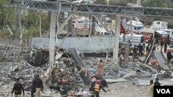 Reruntunhan bangunan sekitar pompa bensin yang hancur akibat ledakan bom di Faisalabad, Pakistan.