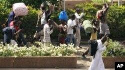 ພວກພົນລະເຮືອນພາກັນຫອບເຄື່ອງຂອງຂອງຕົນຫລົບໜີຈາກເມືອງ Abidjan, Ivory Coast, ວັນທີ 5 ເມສາ 2011