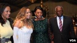 Isabel dos Santos, à l' extrême gauche, la Première dame angolaise, Ana Paula dos Santos, deuxième à droite, et le président angolais José Eduardo dos Santos, à l'extrême droite, posent avec la chanteuse américaine Mariah Carey, deuxième à gauche, lors du Gala de la Croix-Rouge, à Luanda, Angola, 15 décembre 2013.