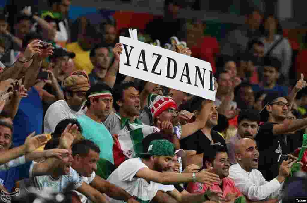 تماشاگران ایرانی در سالن برگزاری مسابقه کشتی.