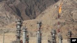 FILE - Sebuah suar gas terbakar di sebuah kilang gas di ladang gas Pars Selatan, di pantai utara Teluk Persia, di Asalouyeh, Iran, Jan 22, 2014.