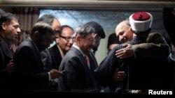巴基斯坦穆斯林神職人員卡德里(右)和政府達成協議後和在場人士擁抱慶祝