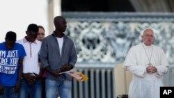 Le pape François avec quelques migrants lors d'une audience générale à la place Saint-Pierre, Vatican, 22 juin 2016.