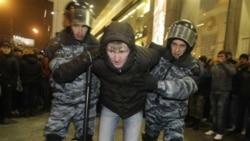 پلیس ضد شورش یک متهم را در نزدیکی ایستگاه قطاری در مسکو بازداشت کرده است - ۱۵ دسامبر ۲۰۱۰
