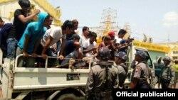 ေရကစားသူမ်ားကို စစ္ေဆးေနတဲ့ ရဲလံုျခံဳေရးဝန္ထမ္းမ်ား။ ( ဧၿပီ ၁၄၊ ၂၀၁၆- သၾကၤန္အၾကတ္ေန႔) သတင္းဓာတ္ပံုမ်ား Credit to Yangon Police FB.