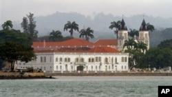 Panorama da cidade São Tomé com o edifício dos tribunais em destaque