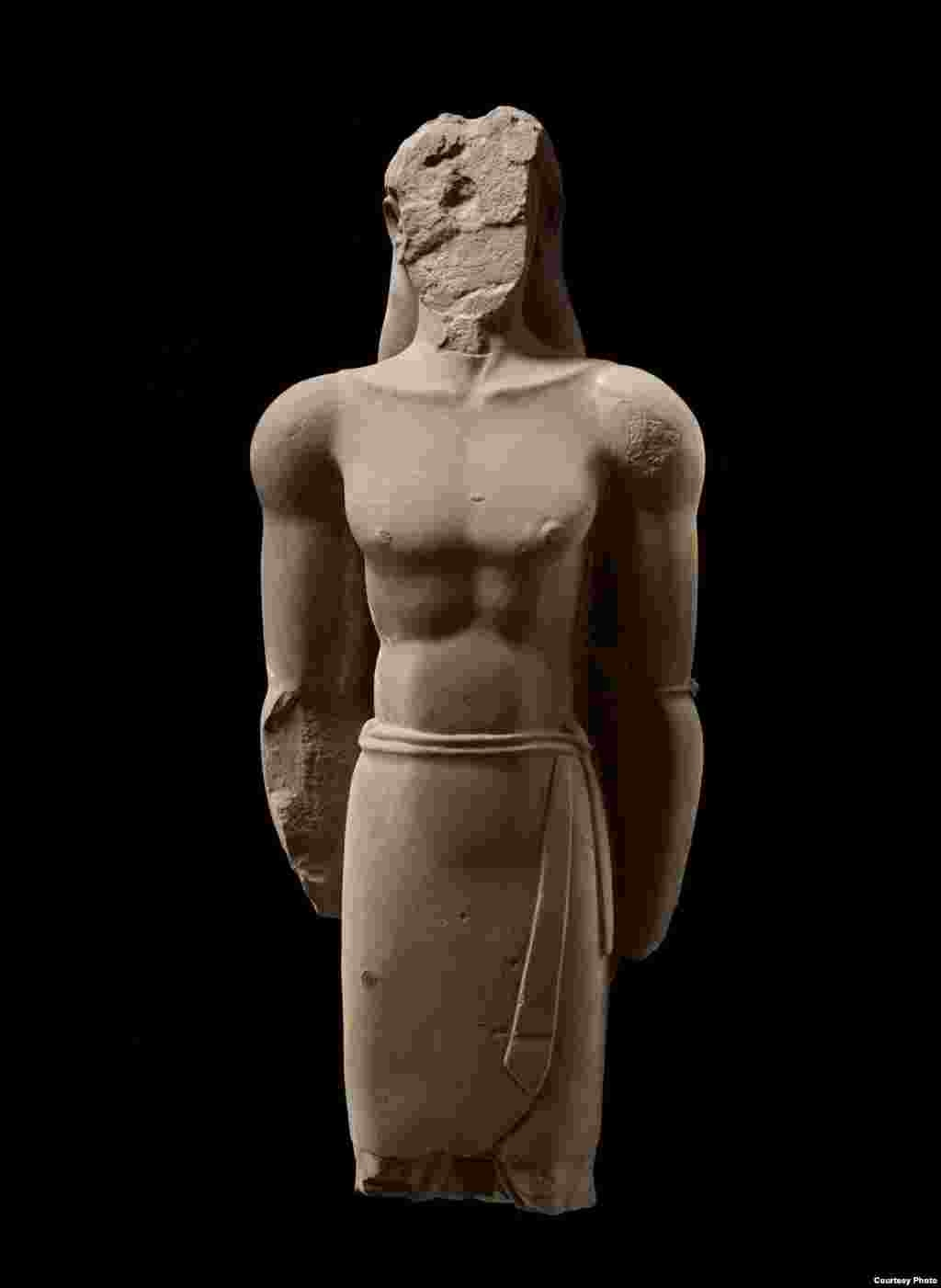 This statue, with its formal pose and well-defined musculature, is from 4th-3rd century BCE. An inscription on another statue helps identify them as kings of the Lihyanite dynasty. (Freer Sackler Galleries/Smithsonian Museum)