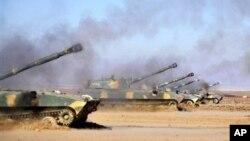 Tank-tank pasukan Suriah menembaki posisi-posisi pemberontak (foto: dok).