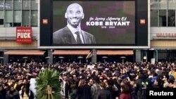 Warga Los Angeles, California, berduka atas kepergian legenda basket AS, Kobe Bryant (26/1).