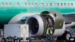 Pemasangan mesin pada pesawat Boeing 737 MAX 8 di pabrik Boeing di Renton, Washington (foto: ilustrasi).