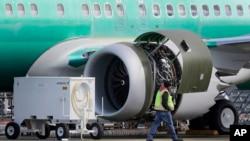 一名工人在波音廠房路經為美國航空公司建造的波音737 MAX 8 客機