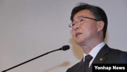 홍용표 한국 통일부 장관이 3일 서울 중구 플라자호텔에서 열린 북한인권법 제정 1주년 기념 북한인권 포럼에서 축사를 하고 있다.
