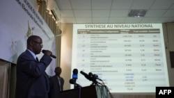 부룬디 선거 관리위원회가 24일 은쿠룬지자 대통령이 69%의 득표율로 3선에 성공했다고 발표하고 있다.