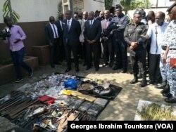 Saisie d'armes blanches et de drogues par la police à Abobo, à Abidjan, le 8 juin 2017. (VOA/Georges Ibrahim Tounkara)