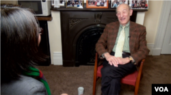 傅高义教授在马萨诸塞州的寓所接受美国之音记者莉雅专访
