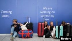Para penumpang British Airways (BA) menunggu penerbangan di bandara Heathrow, London hari Rabu (7/8).