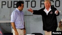 Američki predsednik Donald Tramp razgovara sa guvernerom Portorika Rikardom Roselom, posle uragana Marija, 3. oktobar 2017.
